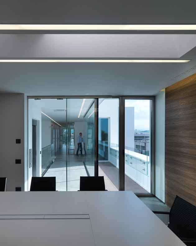 luce e colore per spazi di lavoro ioarch costruzioni e. Black Bedroom Furniture Sets. Home Design Ideas